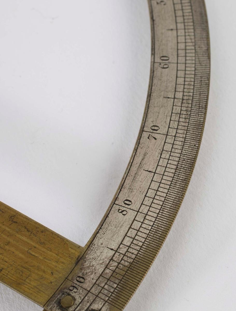 """""""Kleiners kompass."""" NTM: """"Fra Sølvverkets gamle samling. Kleiners marksjeiderkompass i mahognikasse m/tilbehør."""" Kompasset er produsert av Wilhelm Kleiner Mechanicus i Berlin. I kassen ligger det sammen med kompasset en henger og en wasserwage."""