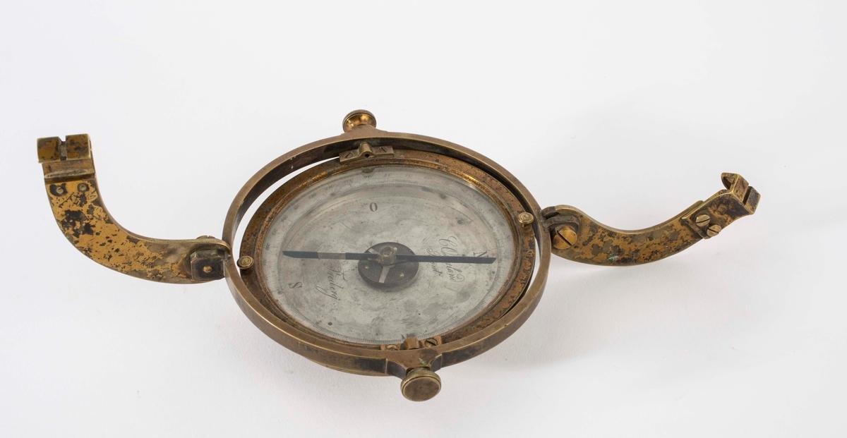 """""""Asterlands kompass."""" NTM: """"Fra Sølvverkets gamle samling."""" Asterlands marksjeiderkompass m/henger."""""""