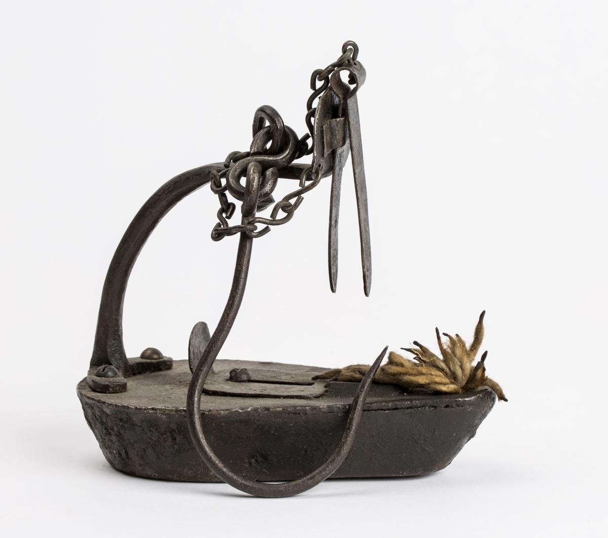 """Gamle grubelamper. Tranlamper. Brennmaterialet var mest alm. fetolje."" NTM: "" 2 stk. i museet        1 stk. på museumsloftet. Disse gruvelamper har vært meget anvendt ved Sølvverket inntil carbidlampene kom i 1910. De brant med veke som kom som garn i nøster. Brennmaterialet var fetolje. En tid bruktes også tran eller vrakolje."" Jf. BVM 126."
