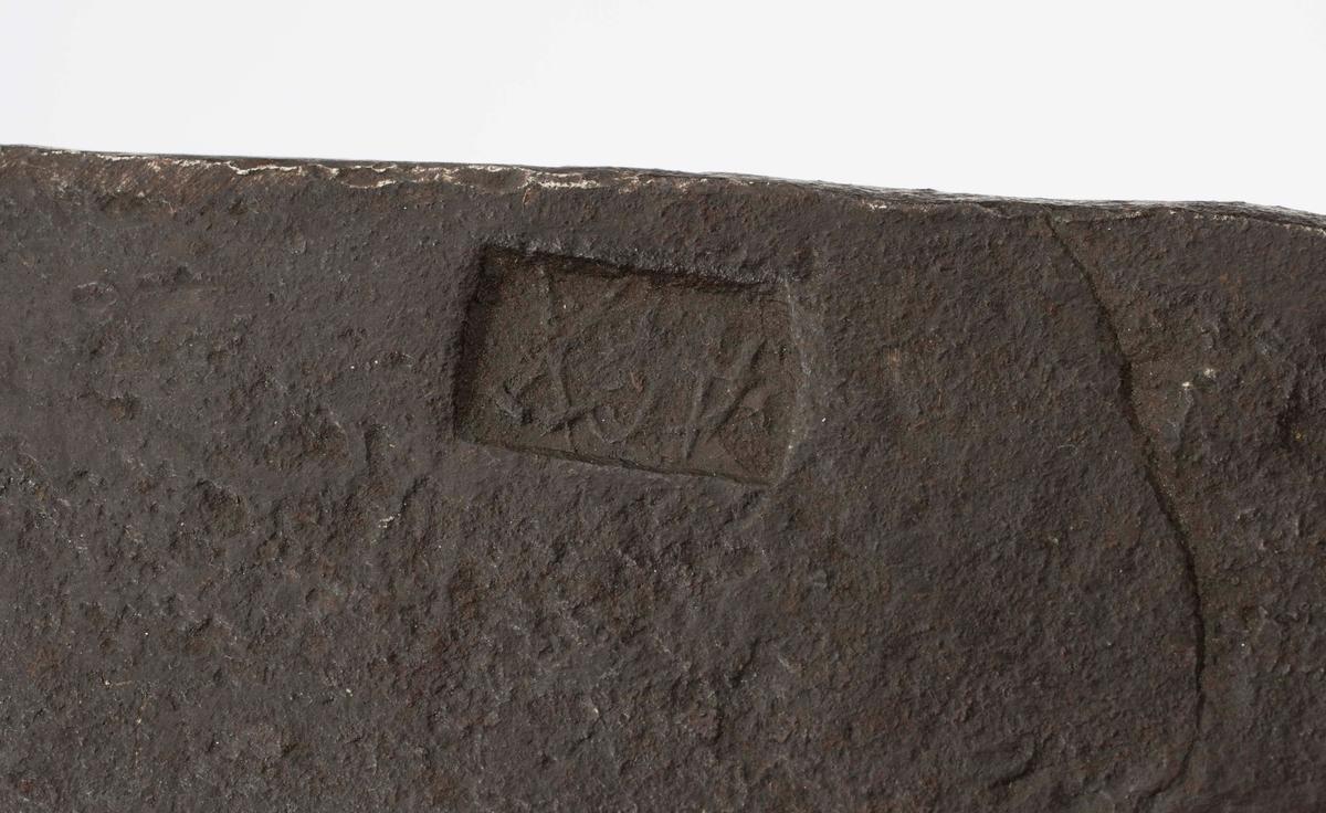 """NTM: """"Fra snekkerverkstedet i Kongsberg. Til å hugge hull i en stokk med."""" Bare øksehodet. Stempel med bokstavene """"A G(?)"""" og korslagt hammer og bergsjern. Jf. BVM 1749 for samme stempel der. Tidligere registrert som BVM 343."""