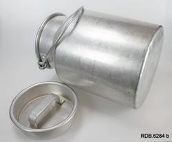 Sølvfarget aluminiumsspann med hals, hengslet hank og løst lokk med håndtak.