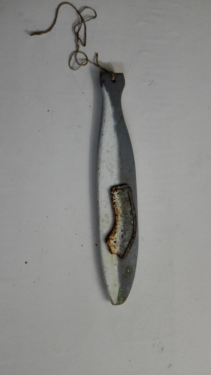 Skimla er forma som ein fisk og måla kvit og grå, med markert grøn munn og aide og kvite auge. Ho er av tre med eit jarnbeslag på kvar side.  Skimla vart bruka under fiske med landnot etter sildog briisling,for å skremma silda frå notendane og inn i nota.