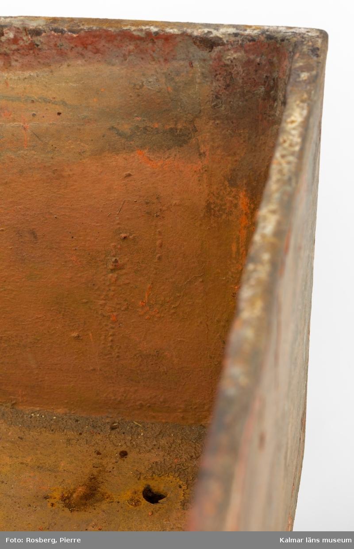 KLM 10947:2. Bord, Färgbord. Av trästativ med tillhörande metallåda och träram med tyg. Brunmålat trästativ med fyra ben där alla är sammankopplade med slåar nedtill. På ena sidan av sargen upptill en inristad cirkel med stiliserad blomma inuti. Tillhörande metallåda med färgrester (nyans av bl a cinober). På ena sidan av lådan en cirkel inristad likande de som finns på baksidan av tryckpressen. Träramen har på ena sidan ett fastspänt tyg helt infärgat av likadan färgnyans som metallådan.  Metallådan och träramen med tyg har troligen använts överst på trästativet vid infärgning av tryckstockar vid tapettillverkning.