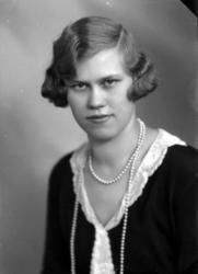 Ateljébild på en kvinna med halsband och spetskrage. Beställ