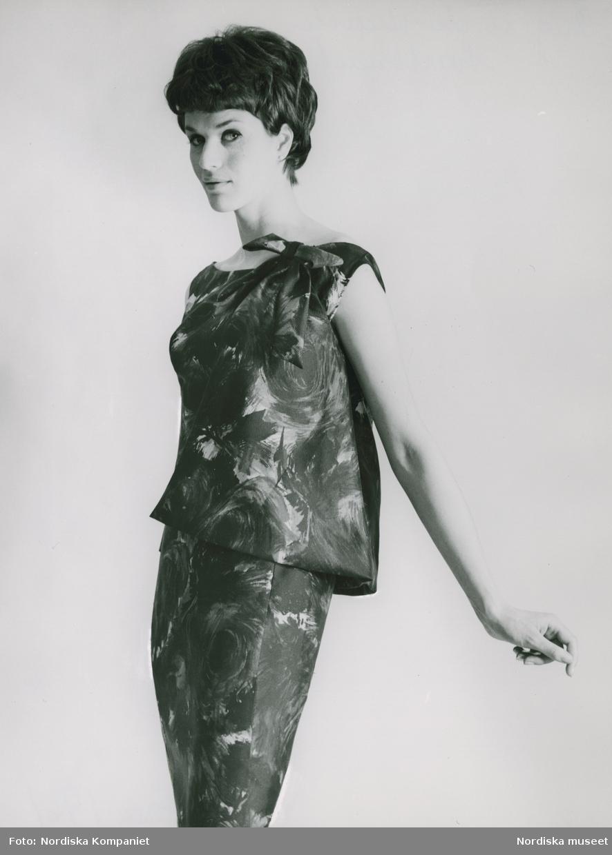 Modell i mönstrad top och kjol i svart/brunt siden. Original från M. de Rauell. Vår.