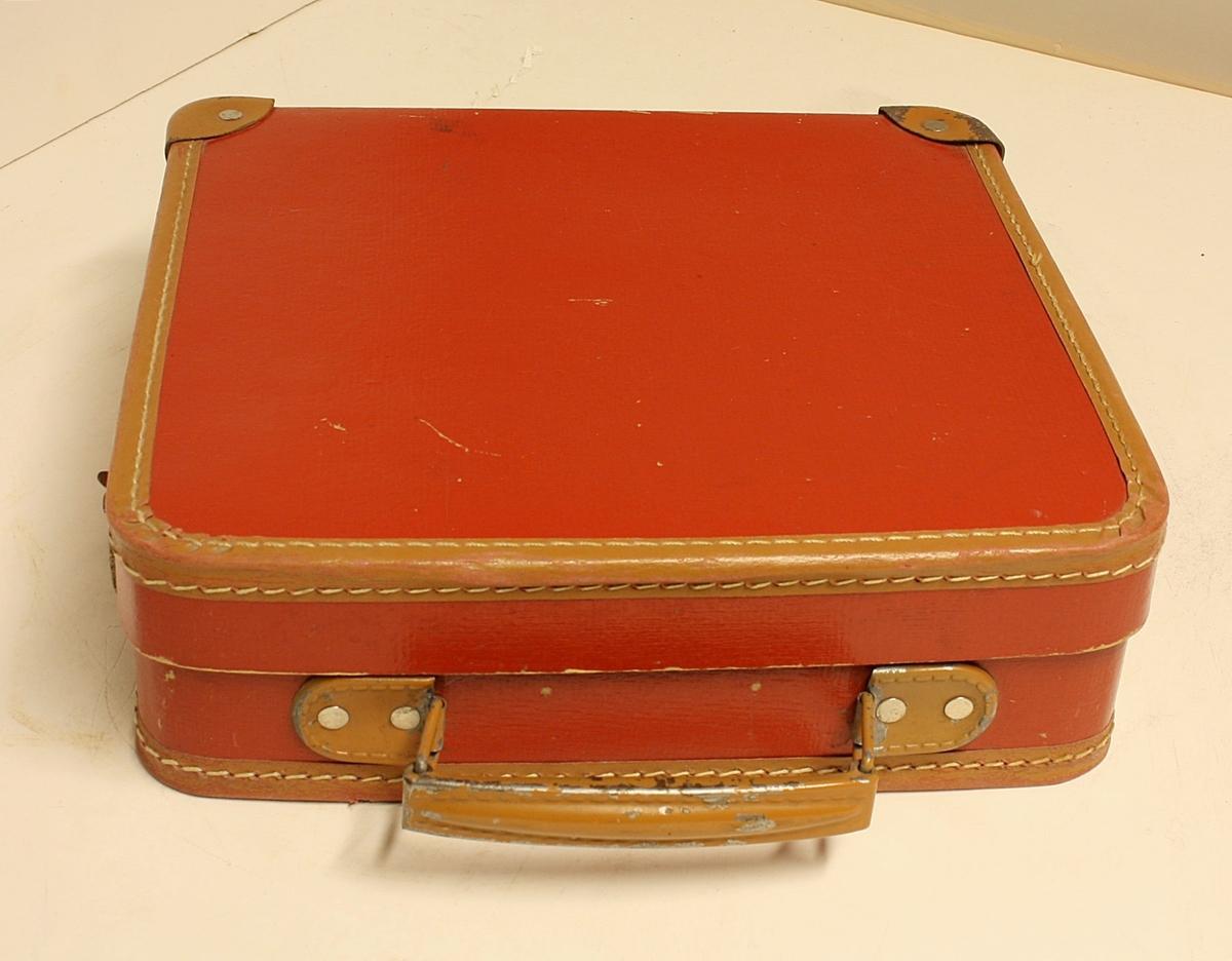 Rektangulær koffert med 30 grammofonplater i.