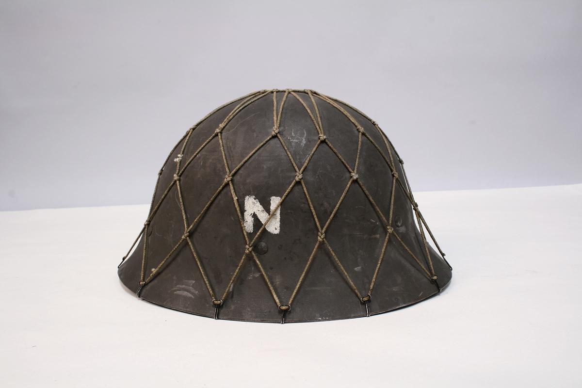 Modellen er meget lik den norske militærhjelmen av 1931. men har ikke den lille kammen langs hjelmpullen, som skiller den norske og svenske modellen. Feltgrå farge med en 2,5cm høy N på hver side