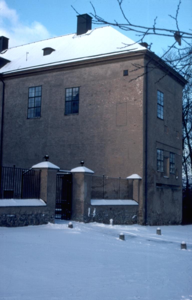 Orig. text: Slottet, norra flygeln.Linköpings slotts norra flygel.Slottet uppfördes på 1500-talet i medeltida stil. Under medeltiden och fram till reformationen bodde biskoparna på slottet, efter en dekadansperiod rustades slottet och landshövdingarna har bebott det sedan 1785. Upprustningen avslutades 1888. Åren 1932-33 skalades 1880-talets dekorationer bort och slottet återgavs en mer återhållsam karaktär.