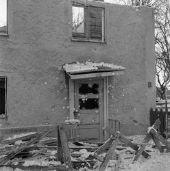 Orig. text: Rivning av gamla postkontoret vid Tannefors. Mar