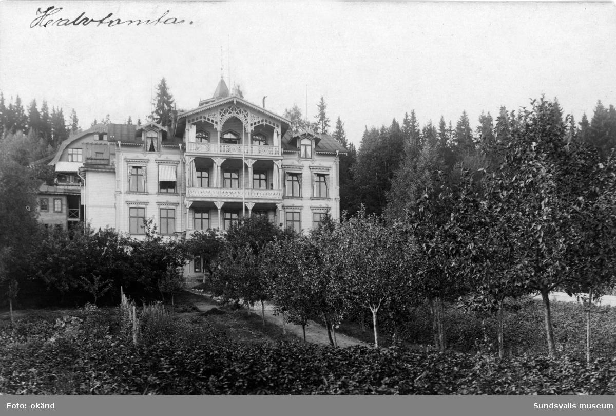 Villa Halvtomta, belägen mellan Tivolivägen och Baldersvägen. Nu på Tivolivägen 13. Huset uppfördes efter branden 1888 av körsnären och baptistpastorn Petter Ferdinand Hejdenberg.