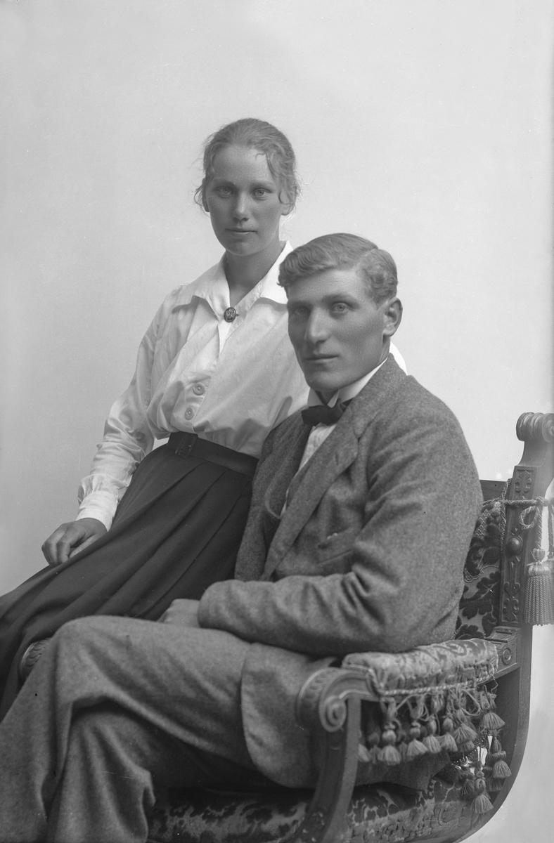 """Porträtt från fotografen Maria Teschs ateljé i Linköping. 1910-tal, ev. 1912. Beställare: Axel Anderson. """"Ö. gård Björsäter"""" Man och kvinna, ett par."""
