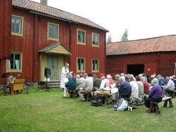 Friluftsgudstjänst framför mangårdsbyggnaden Nyvla på friluf