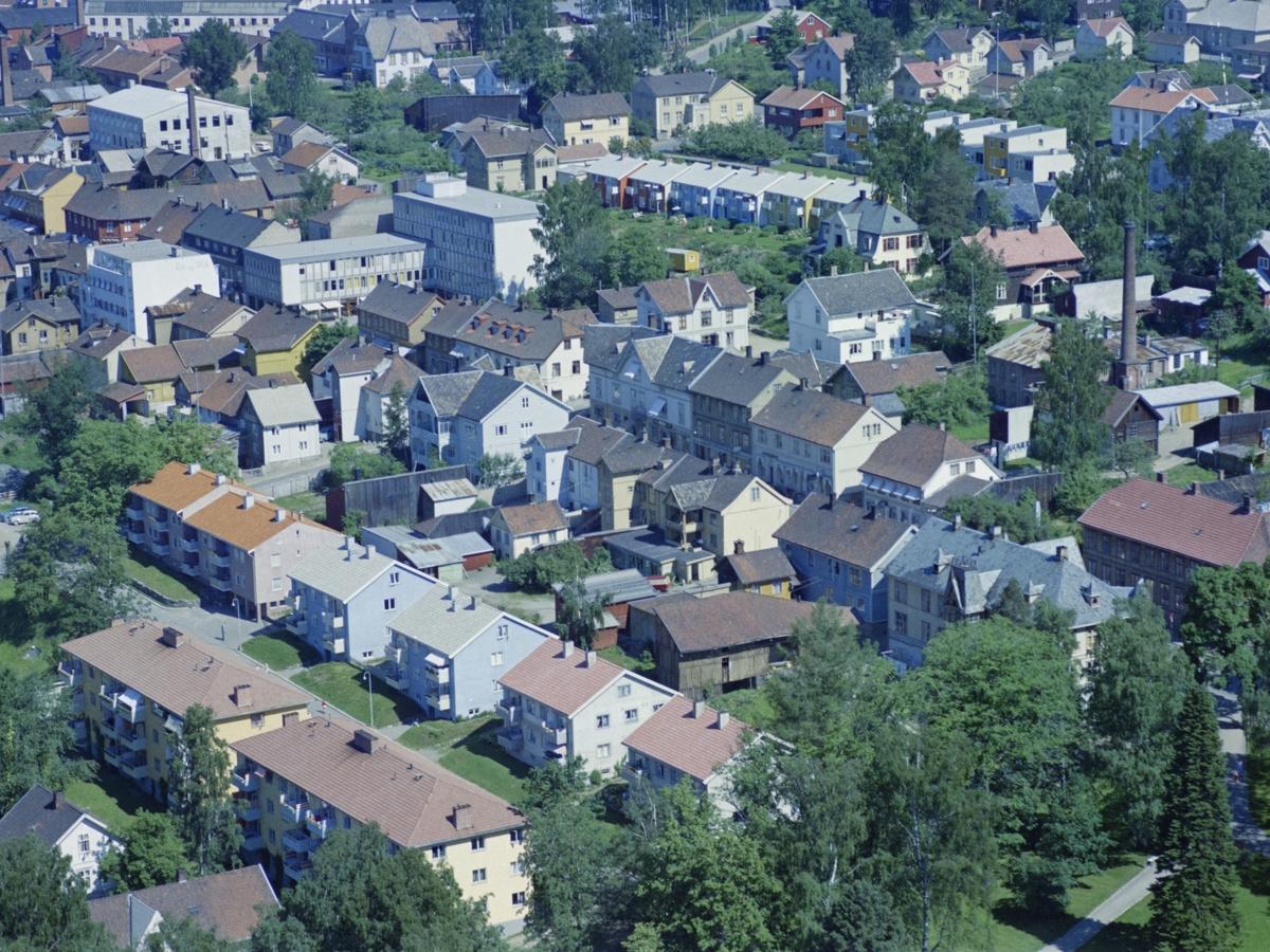 Flyfoto, Lillehammer, bebyggelse, Blokker i Grønstadsgata 30 og 32 og i Kirkegata 31A, 31B og 31C. Bygget til GD bak i Grønstadsgate, Sigrid Undseths plass i Storgata bak