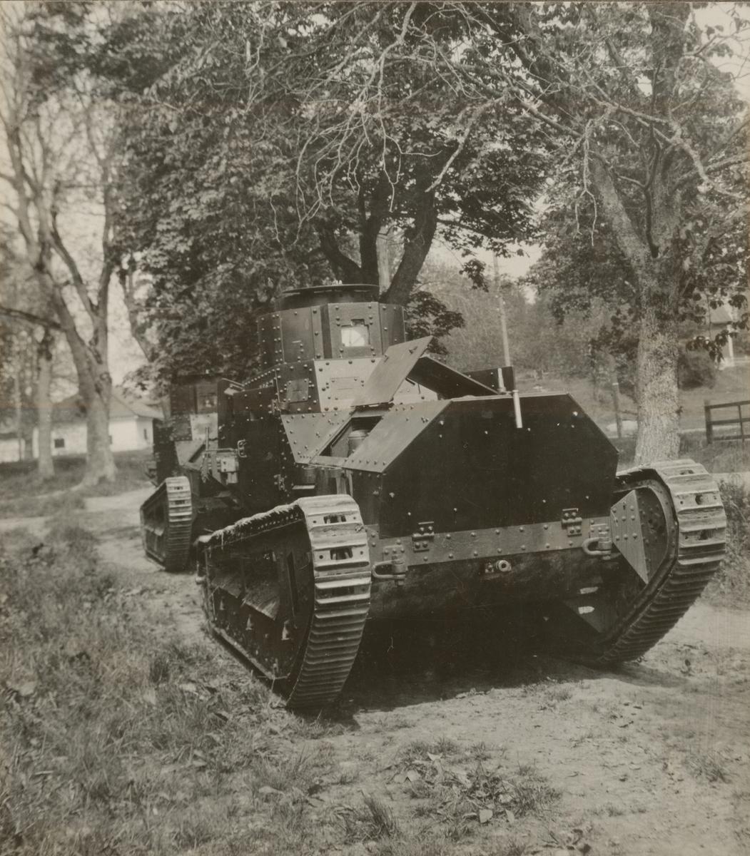 Två stridsvagnar m/1921 (eller m/1921-1929) på landsväg. Göta livgardes stridsvagnsbataljon år 1928-1930.