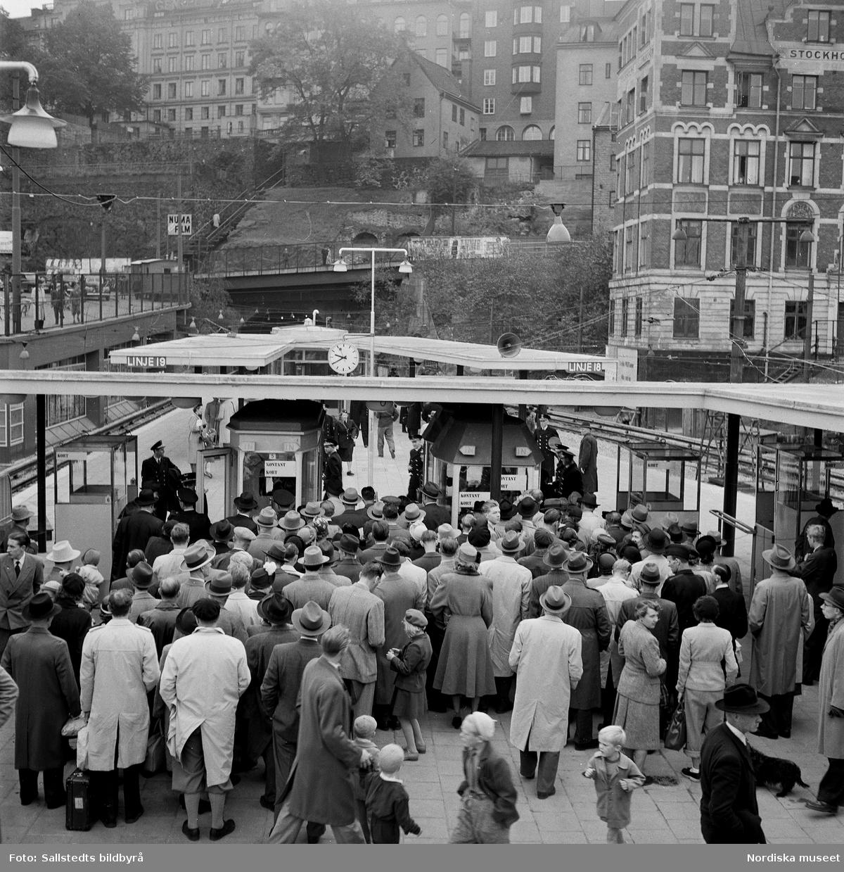 """""""Tunnelbanepremiär""""  Folkmassa vid invigning av tunnelbanestationen Slussen, Stockholm."""