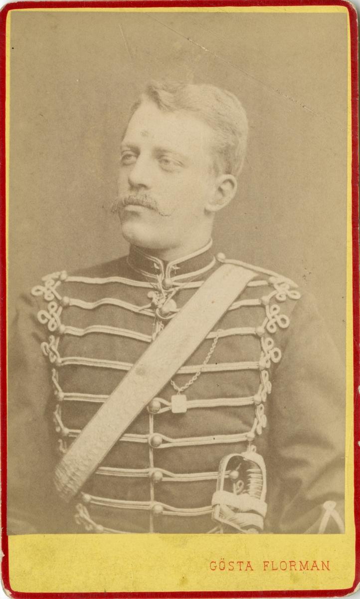Porträtt av greve Carl Augustin Ehrensvärd, underlöjtnant vid Skånska husarregementet K 5.  Se även bild AMA.0009698.