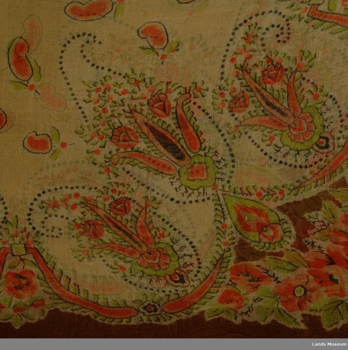 I ytterkant brunt, blomster innenfor i rødt med grønne blader på beige bunn. Fransk mønster.