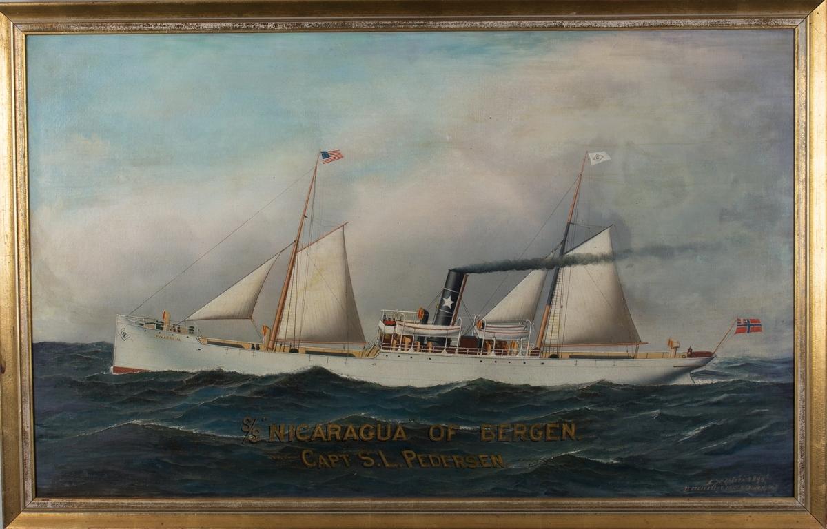 Skipsportrett av dampskipet NICARAGUA under fart med seilføring. Amerikansk flagg i fremre mast og norsk unionsflagg i akter. Skorsteinsmerke og rederiflagg til Adolph Halvorsens rederi (1889-1932).