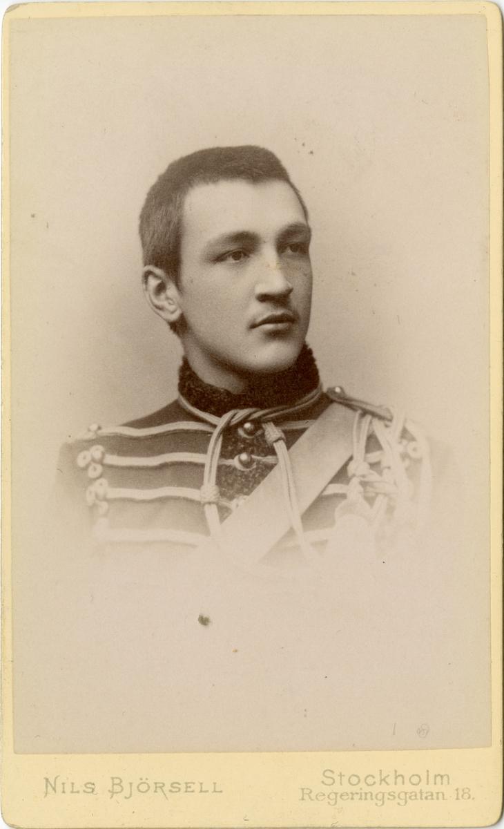 Porträtt av okänd officer vid husarregemente.