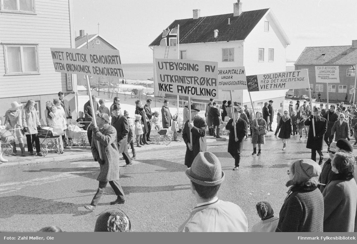 Vadsø, 17.mai 1970. 17.mai-toget. Demonstrasjonstog. Tema/paroler: Demokrati, utkantproblematikk, solidaritet med Vietnam.