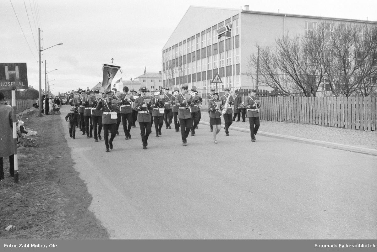 Vadsø, 17.mai 1970. Korpset leder an i 17.mai toget