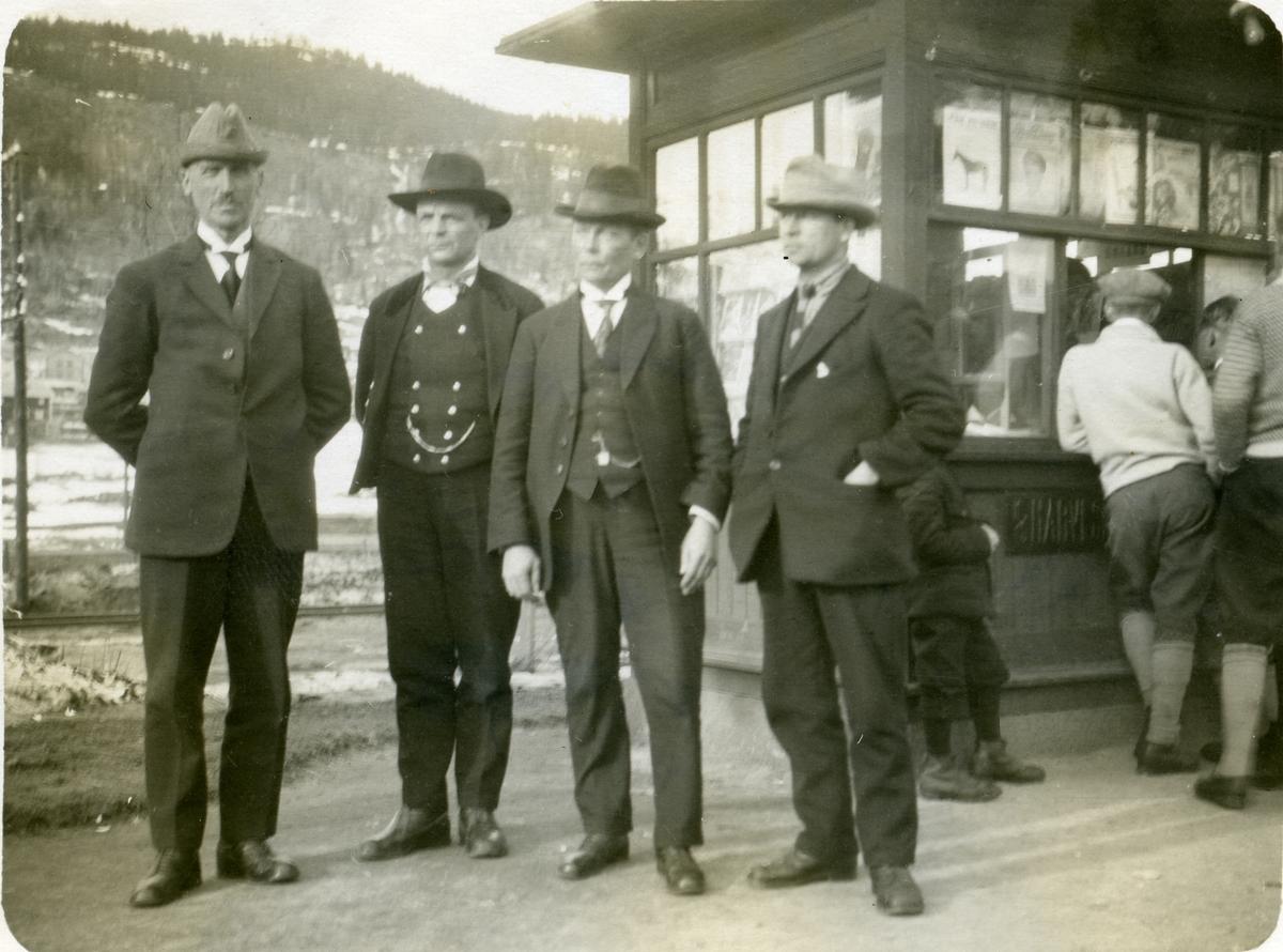 Tre bilete av Olaus Islandsmoen saman med ukjende.