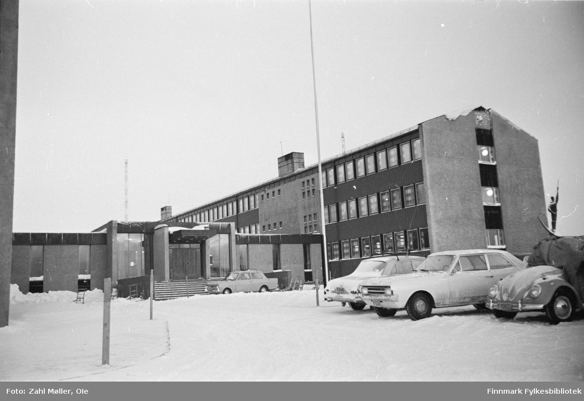 Vadsø-bilder fotografert av Ole Zahl Mölö. Vadsø 1968. Serie bilder med Statsbygg, Vadsø kirke, Frelsesarmeens hus, Gamle hus (1967) og andre hus (januar 1970).