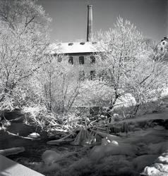 Industrianläggning. Bindgarnsfabriken i bakgrunden.