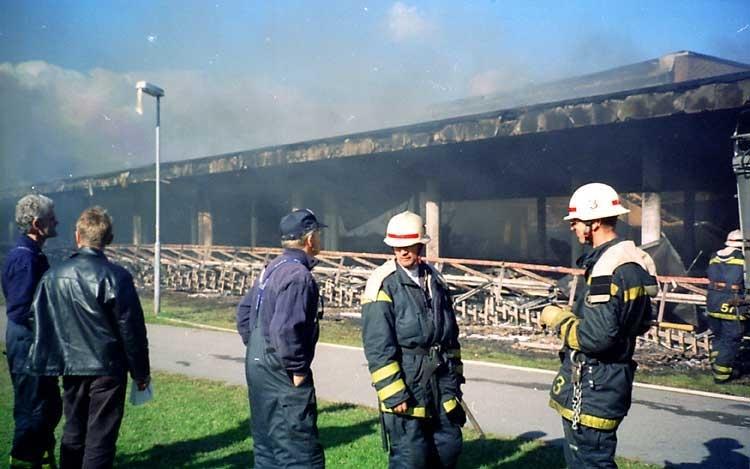 Branden av stadsbiblioteket i september 1996.Stadsbiblioteket: Efter en arkitekttävling 1966 ritades och inreddes biblioteket av arkitekterna Bo Cederlöf och Carl-Ewert Ekström. Byggnaden öppnades för allmänheten 1973-11-03, men invigningen skedde först 1974-06-06. Natten mellan 20-21 september 1996 utbröt en brand och huvuddelen av biblioteket förstördes.