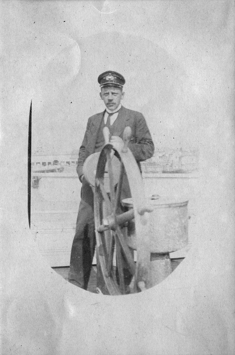 """Kapteinen ombord på redningsdamperen """"Jason"""". Bildetekst """"Kaptein Dahl på """"Jason"""" Vardø, 1915."""""""