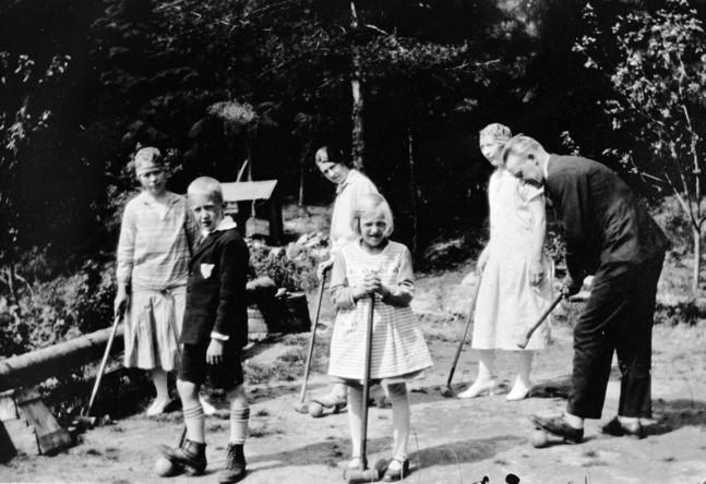 Sommergjestene spilte krokett på hengebrua ved Langvannet, rett nedenfor Rådhuset, 1928.