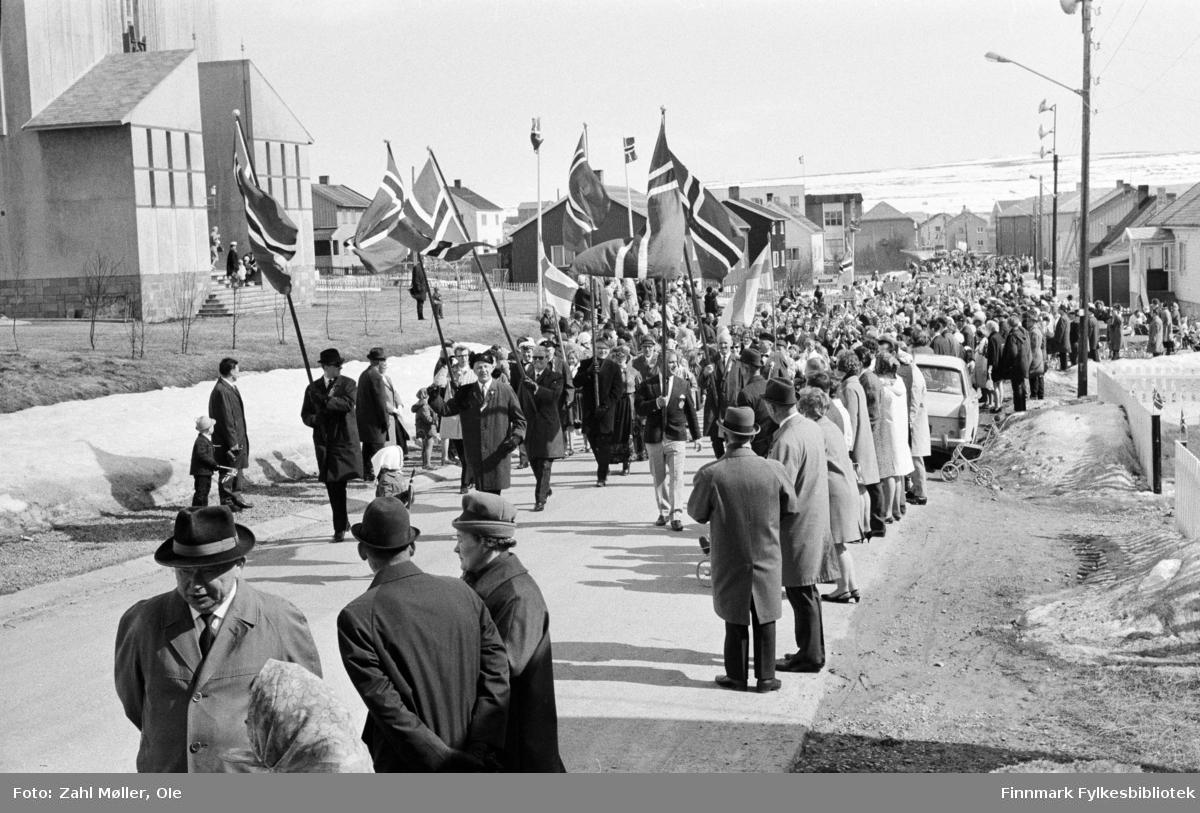 Vadsø 17.5.1969. Borgertoget.. Fotoserie av Vadsø-fotografen Ole Zahl-Mölö.