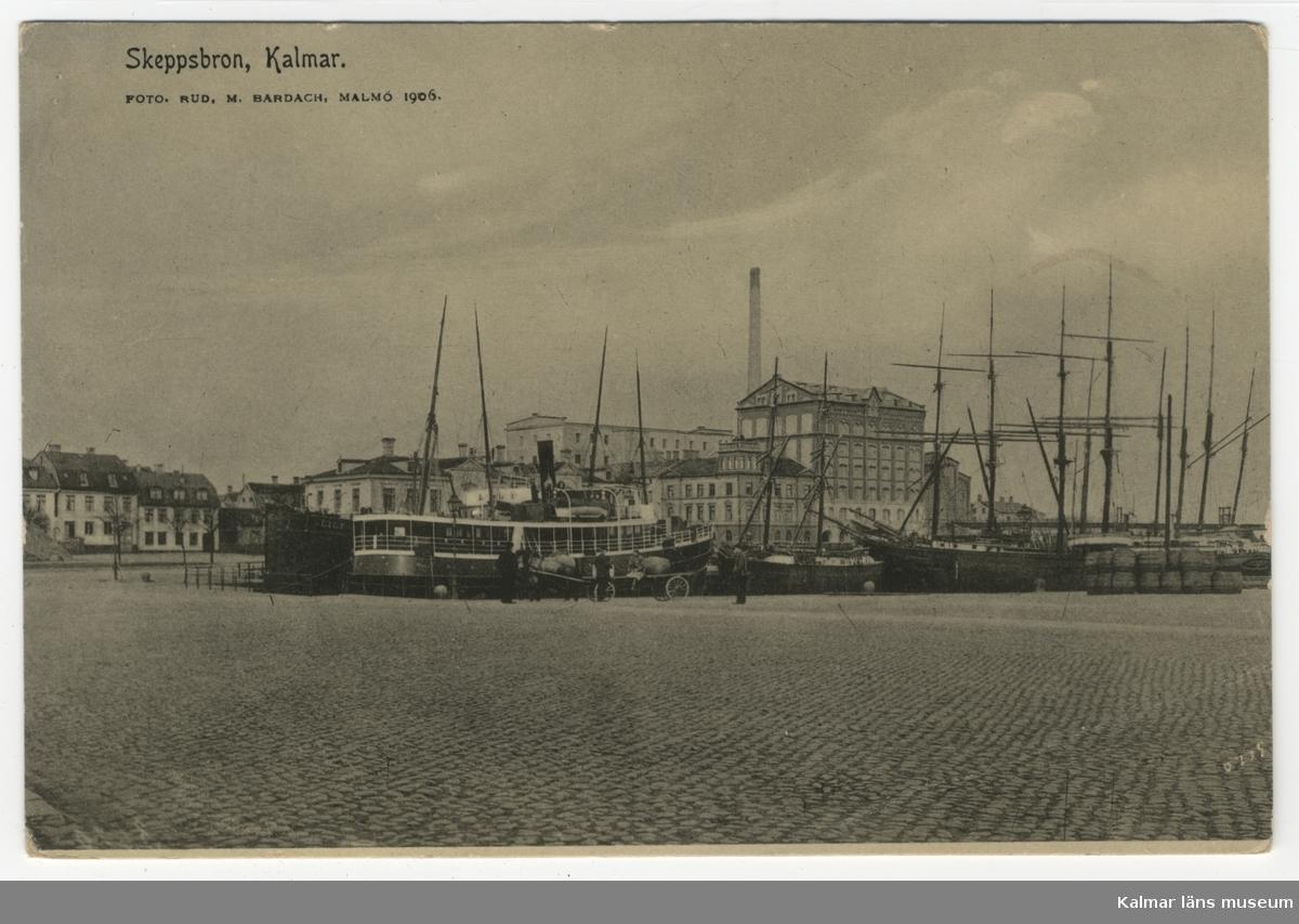 Skeppsbron i Kalmar med kvarnbyggnaderna samt ångbåt och segelskutor i hamnen.