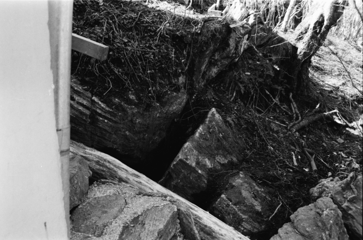 Dokumentasjonsbilder i serie fra arkeologiske utgravingar av Bruse-grava på Muri i Valldal.