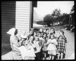 """""""S. Ingeborg og barneflokken. G.35. Fra Rotsundelv b."""" Bild"""