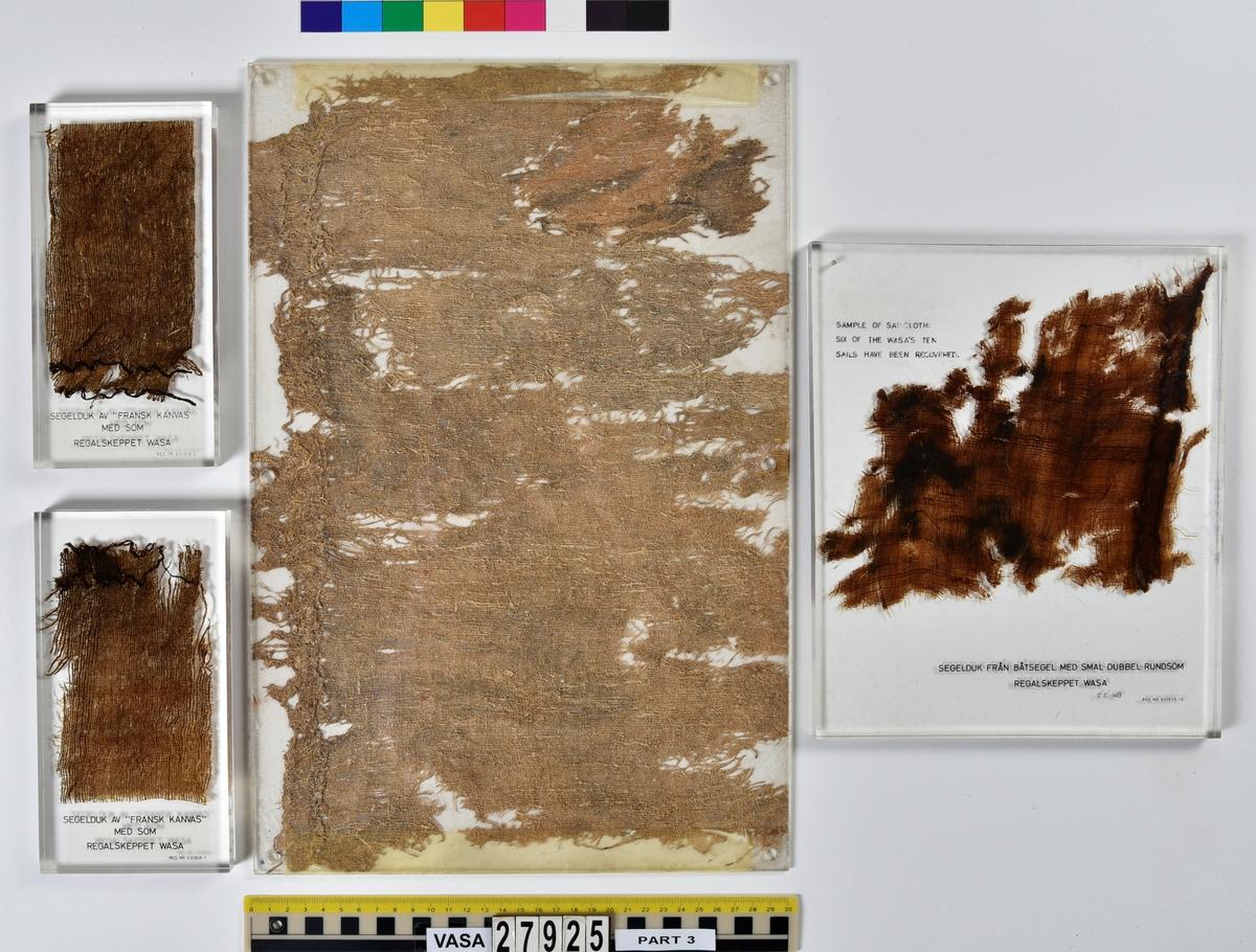 Plastingjutna fragment av segel och knopar med text på över vad de föreställer. 10 stycken av plastgjutningarna innehåller segelfragment och 3 stycken innehåller knopar.