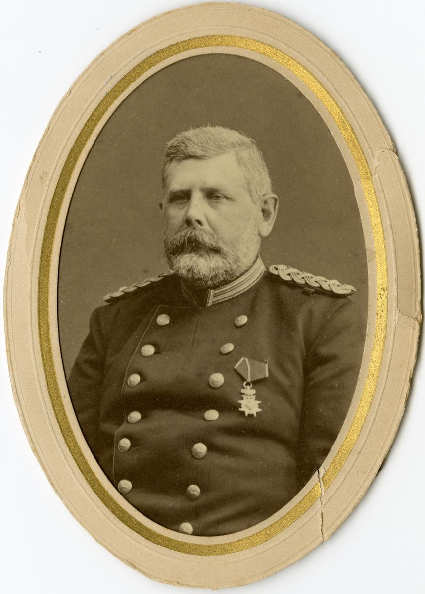 Porträtt av Knut Robert Fabian Reuterskiöld, officer vid Hälsinge regemente I 14.  Se även bild AMA.0008317.