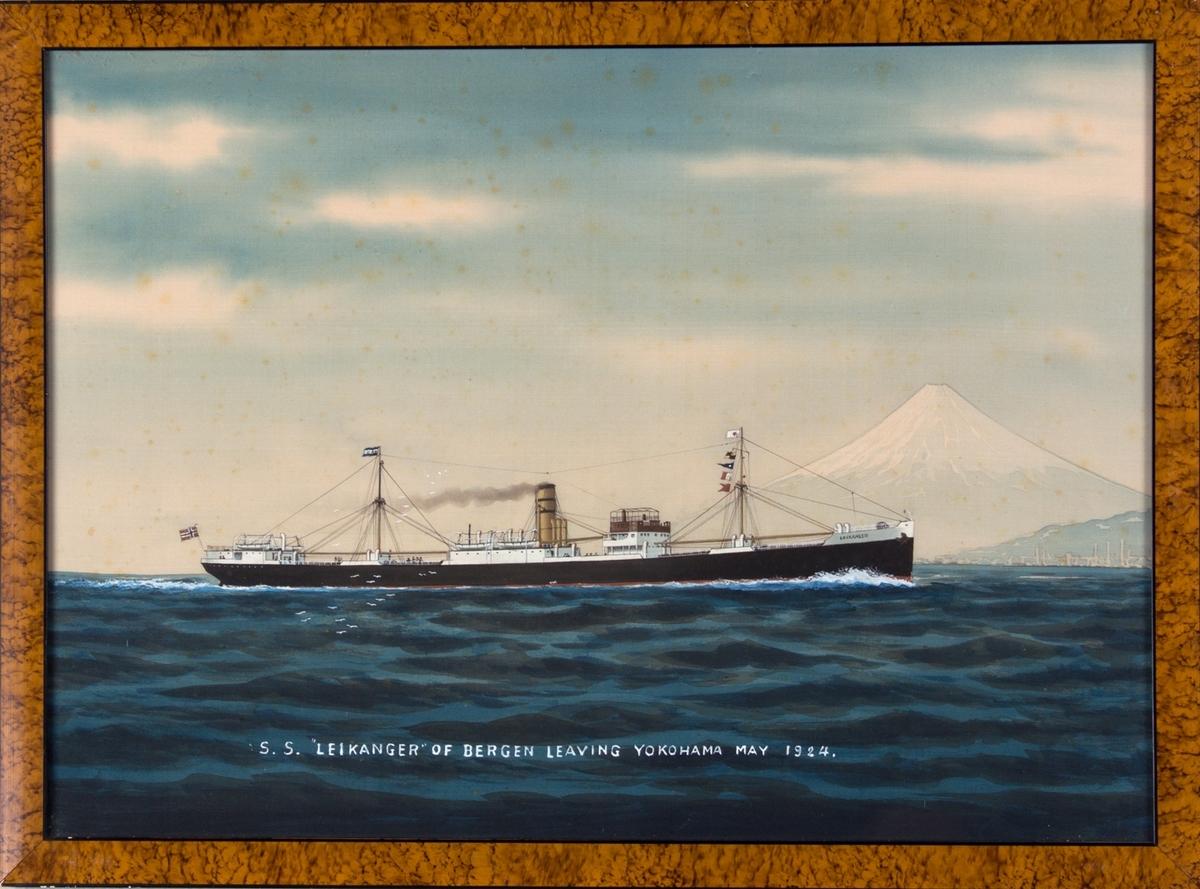 Dampskipet LEIKANGER sett fra siden. Fujifjellet i bakgrunnen.