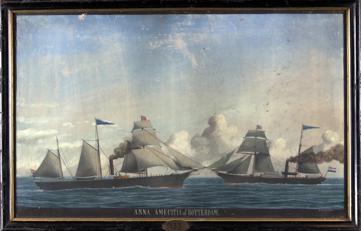 Skipsportrett av DS ANNA og DS AMICITIA under fart med seilføring. ANNA fører det engelske flagg på fortoppen og AMICITIA fører det norske flagg på fortoppen. Begge skip fører det nederlandske flagg akter.