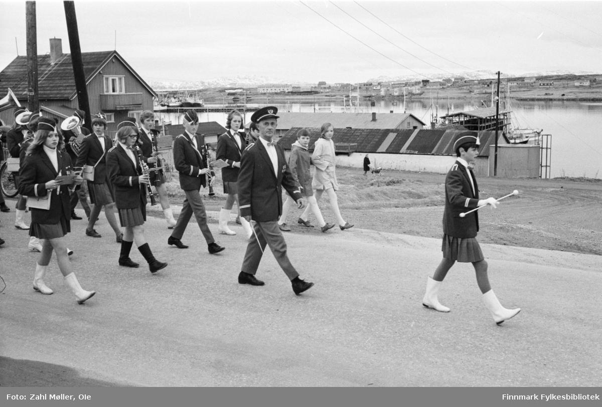 Vadsø 1968, Sangen og Musikkens Dag. Musikkorpset går i prosesjon med fane.