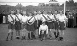 Tidlig kvinnefotball, laget fotograferes fra Sanitetens oppt