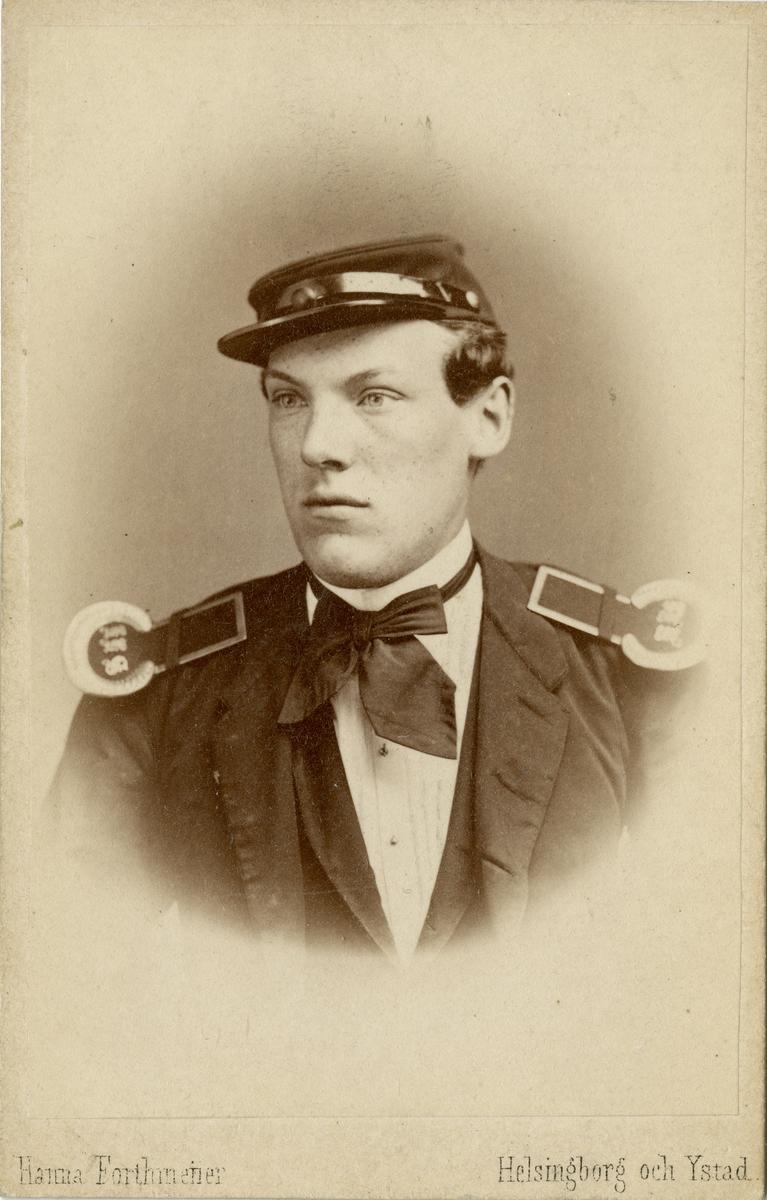 Porträtt av Carl Magnus Johansson, kadett vid Krigsskolan Karlberg. Se även bild AMA.0007669.