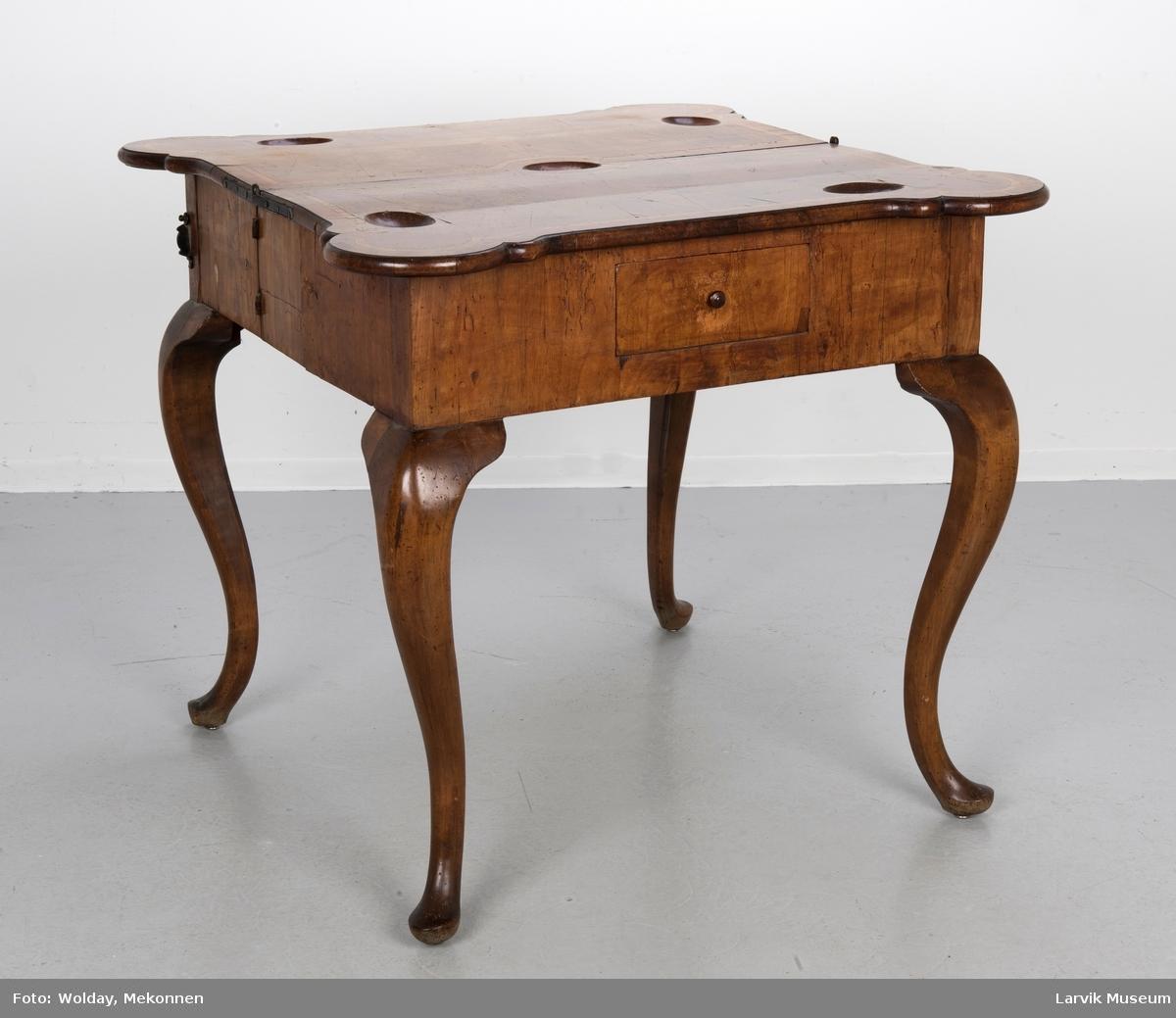 Tysk spillebord av nøttetre. Antakelig Braunschweig, ca. 1740.