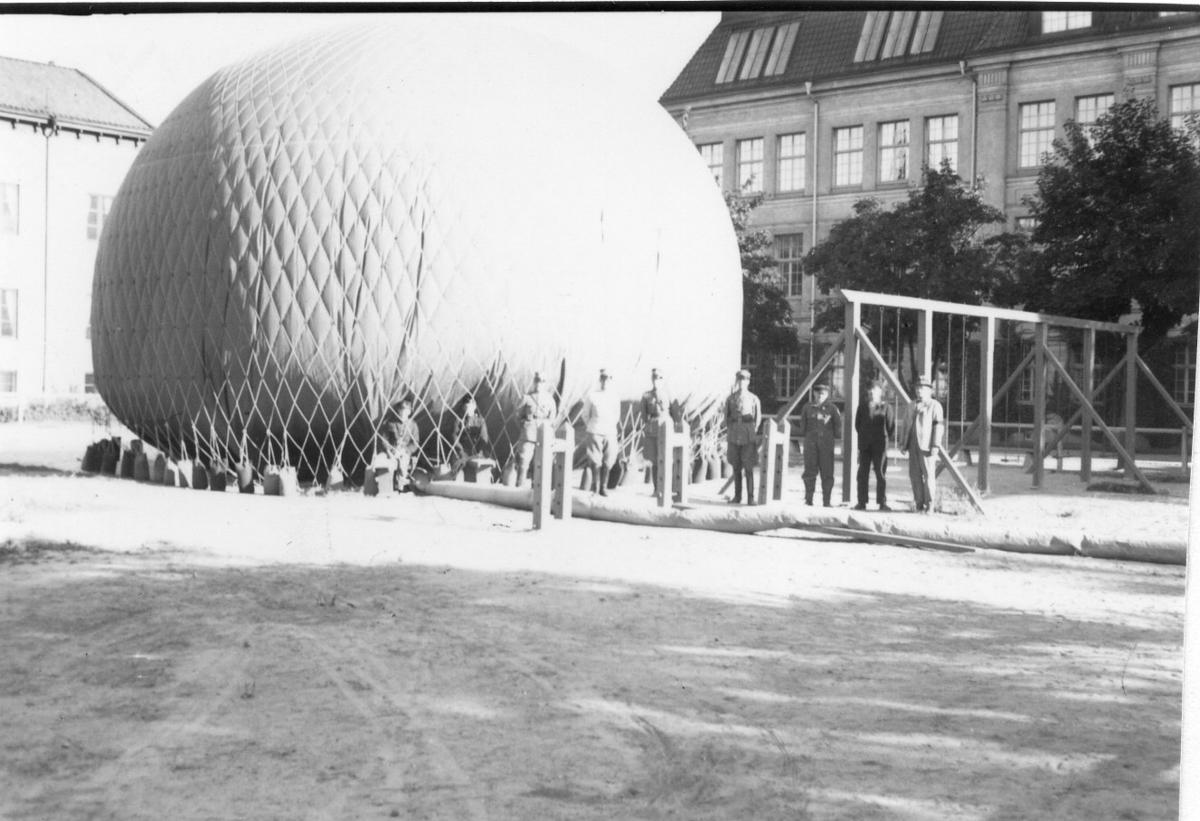 Kulballong m/1930 klar för start från gasverket.