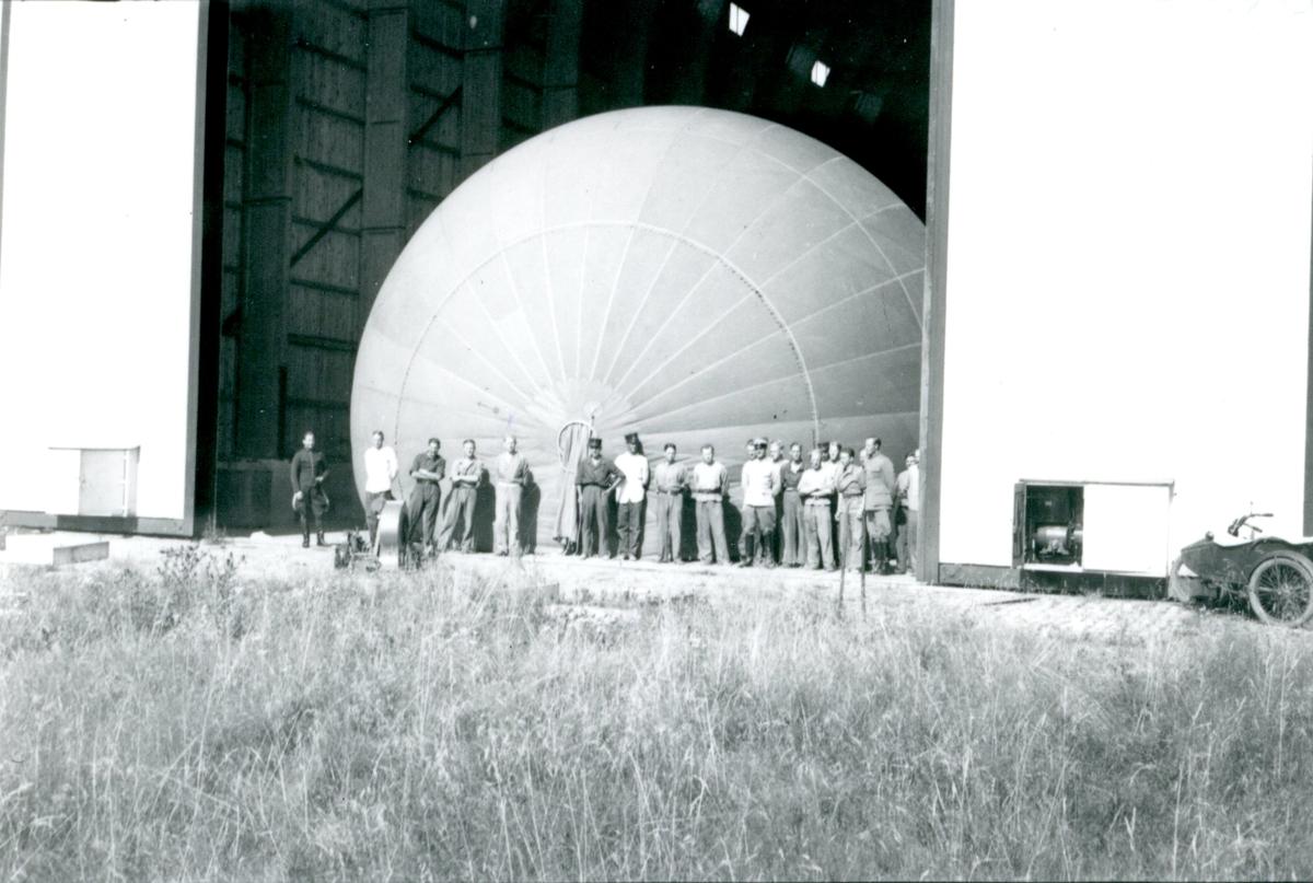 Ballongen flyttas till uppstigningsplatsen.