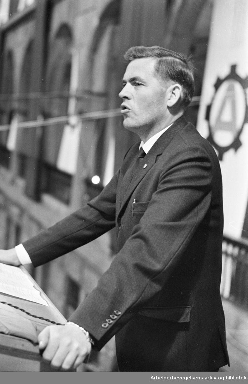 Thorbjørn Berntsen taler på Youngstorget, august 1963.