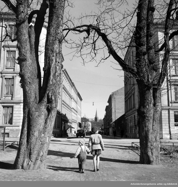 Grünerløkka, Gamle gårder- og bakgårder. Fra Grünerhagen mot Fossveien. Mai 1953.