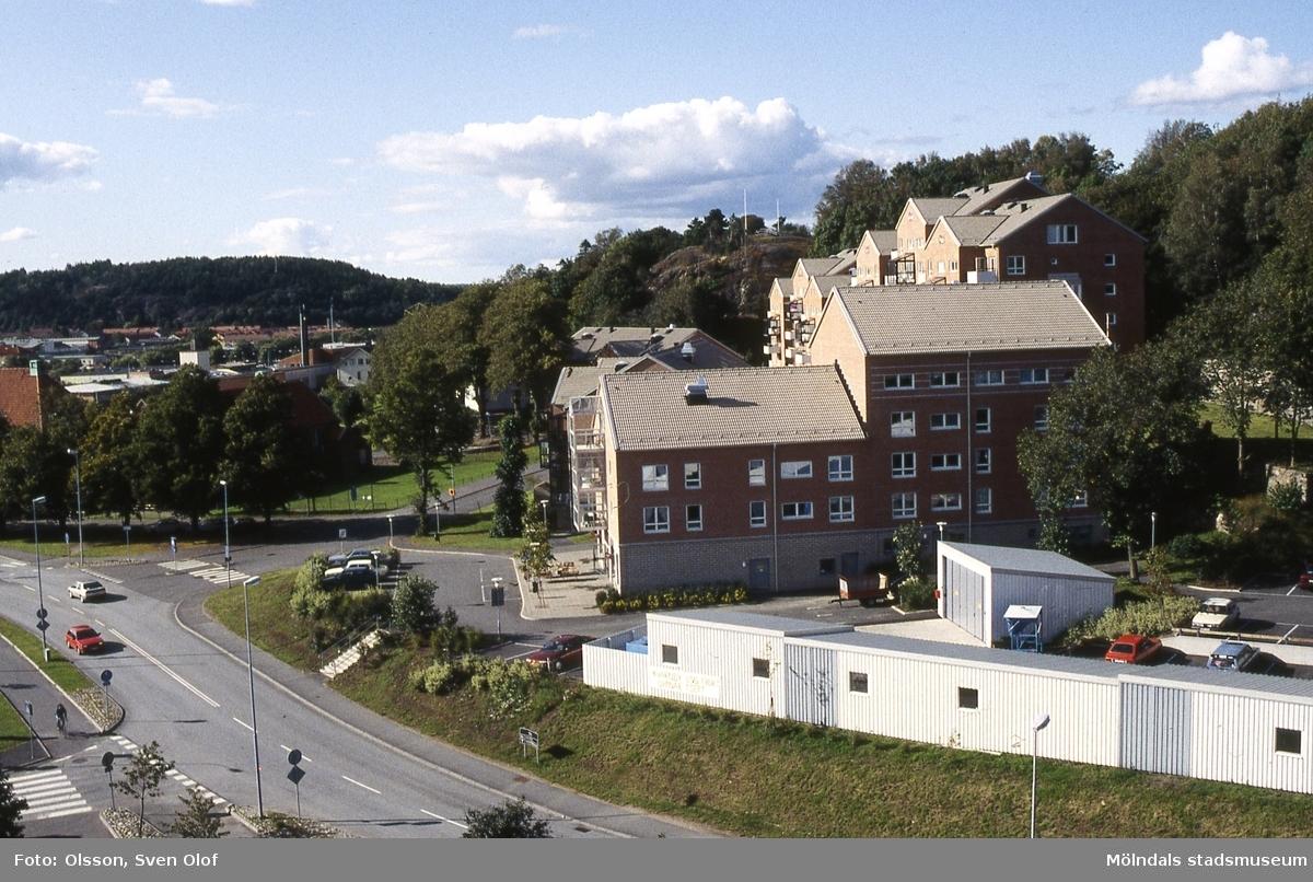 Bebyggelse vid Störtfjällsgatan i Mölndal sedd från pappersbrukets Papyrus område i augusti 1993. Huset närmast har adressen Störtfjällsgatan 2-4. I förgrunden ses del av Kvarnbygatan. Kvarteret heter Silverskatten.