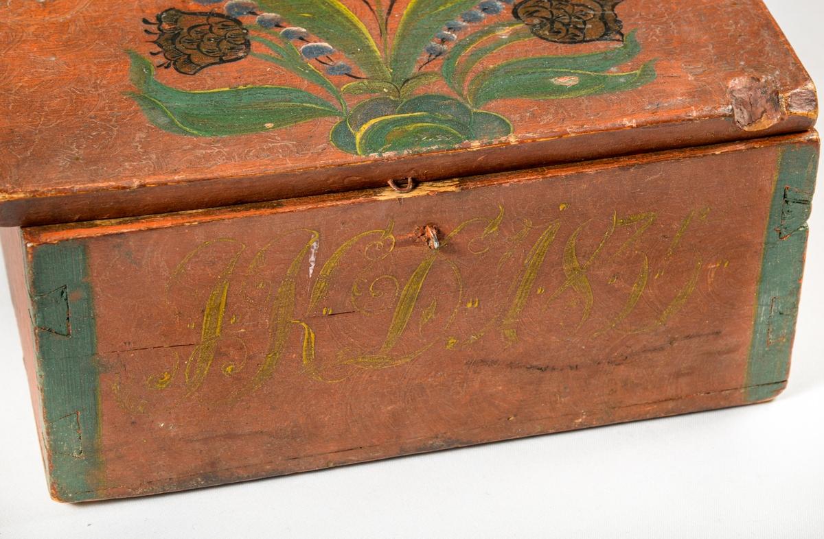 Skrin, raud-måla treskrin med lokk. Sinka saman i hjørnene. Bokstavane I K D 1835 er måla med gul farge på framsida, og på lokket ei enkel rose i grønt, gult og svart. Høyrer saman med VFF 17259, VFF 17260, 17261.