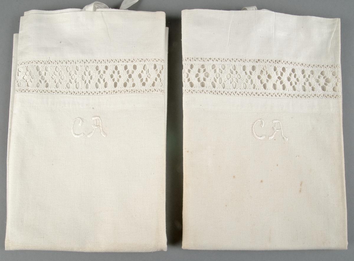 Örngott av bomullslärft. Sydd spets (utdragssöm) 4,5 cm bred. Monogram CA i plattsöm med vitt bomullsgarn.